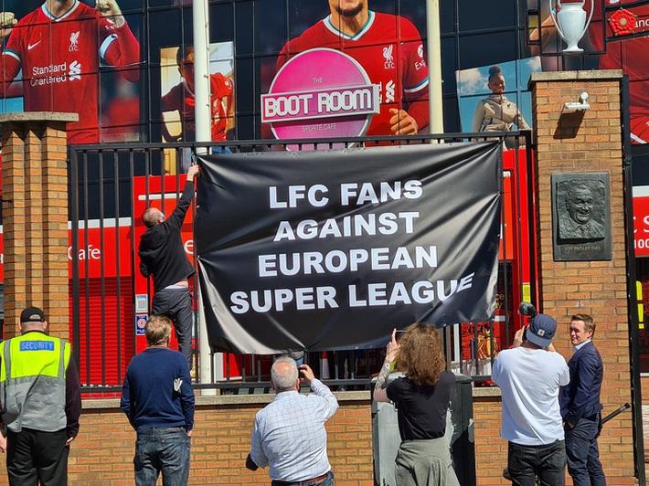 Biến căng ở Liverpool: Fan chúc đội nhà yên nghỉ vì gia nhập Super League - Ảnh 1.