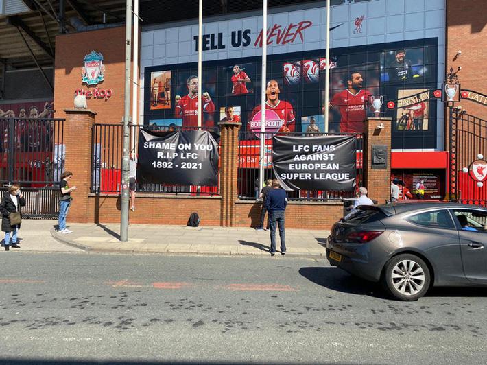 Biến căng ở Liverpool: Fan chúc đội nhà yên nghỉ vì gia nhập Super League - Ảnh 3.