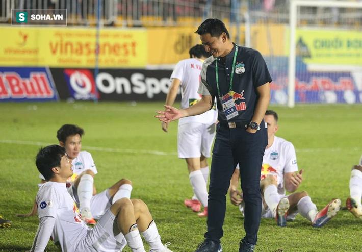 Nỗi đau của HLV Kiatisuk ở giải đấu kỳ lạ & thách thức sau màn thăng hoa tại V.League 2021 - Ảnh 1.