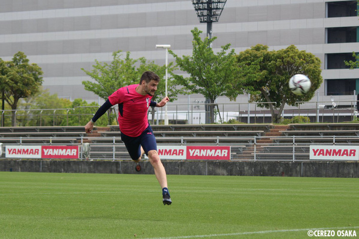 """Văn Lâm hạnh phúc trong lần đầu tập luyện ở Cerezo Osaka, nhờ """"em yêu"""" nhận xét màu áo mới - Ảnh 6."""