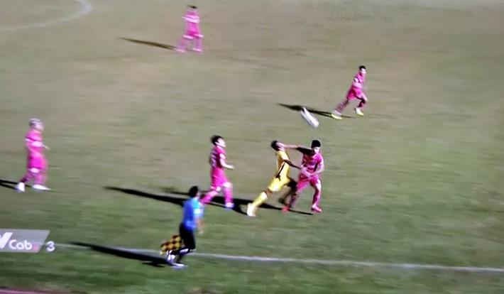Cầu thủ Sài Gòn FC thoát thẻ đỏ khi đánh thẳng mặt đối thủ, Quảng Nam ngược dòng với chỉ 10 người - Ảnh 1.
