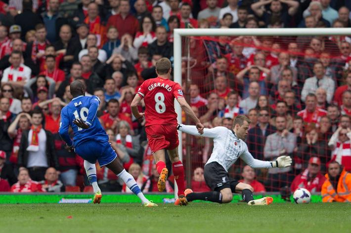 Ngày này năm xưa: Gerrard trượt chân định mệnh, Liverpool mất danh hiệu Ngoại hạng Anh - Ảnh 1.