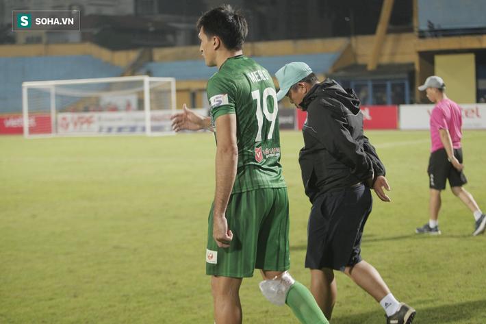 Trợ lý thầy Park lo Trọng Hoàng dính chấn thương, sốt sắng xuống sân kiểm tra - Ảnh 7.