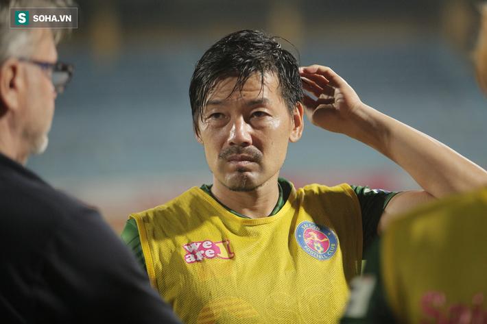 Trợ lý thầy Park lo Trọng Hoàng dính chấn thương, sốt sắng xuống sân kiểm tra - Ảnh 8.