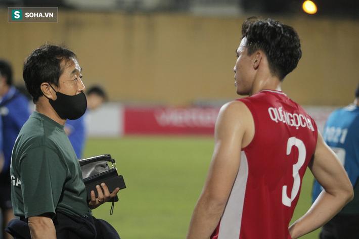 Trợ lý thầy Park lo Trọng Hoàng dính chấn thương, sốt sắng xuống sân kiểm tra - Ảnh 5.