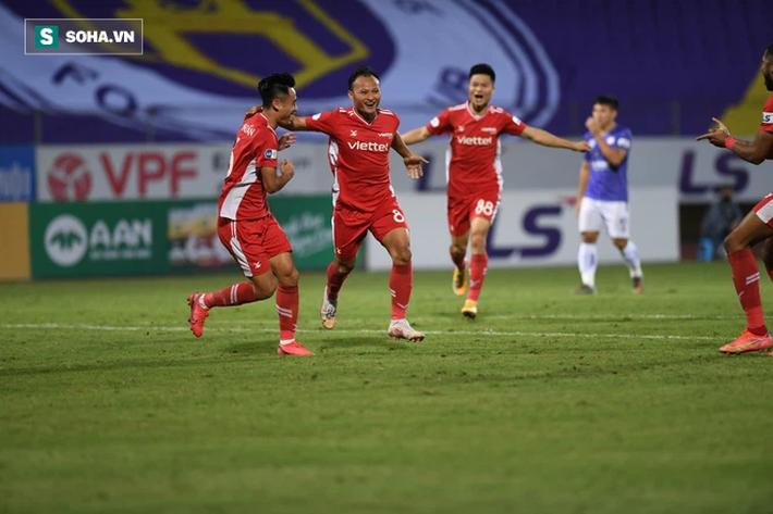 Tung đòn sát thủ, học trò cưng thầy Park khiến CLB Hà Nội đổ sụp trong trận đấu 2 thẻ đỏ - Ảnh 2.