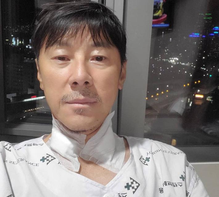 Đối thủ của HLV Park Hang-seo mắc bệnh nghiêm trọng, phải tốn tiền tỷ để chạy chữa - Ảnh 1.