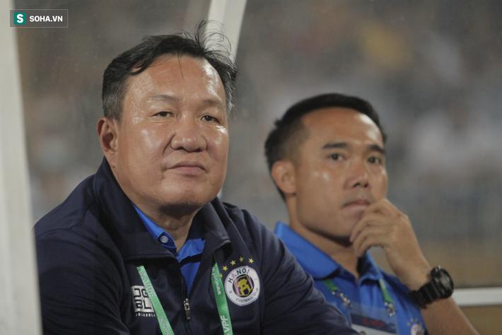 Hà Nội FC thiếu may mắn, trọng tài Ngô Duy Lân quá nặng tay khi rút thẻ đỏ cho Đức Huy - Ảnh 1.