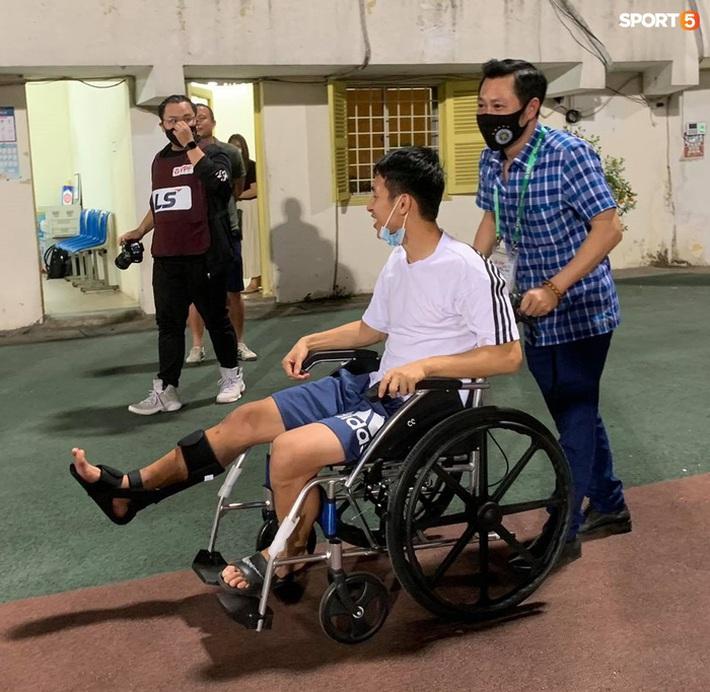 Hùng Dũng ngồi xe lăn đến cổ vũ Hà Nội FC, con trai siêu đáng yêu chiếm trọn spotlight - Ảnh 1.