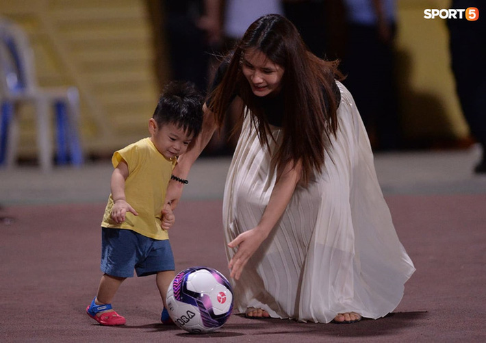 Hùng Dũng ngồi xe lăn đến cổ vũ Hà Nội FC, con trai siêu đáng yêu chiếm trọn spotlight - Ảnh 2.