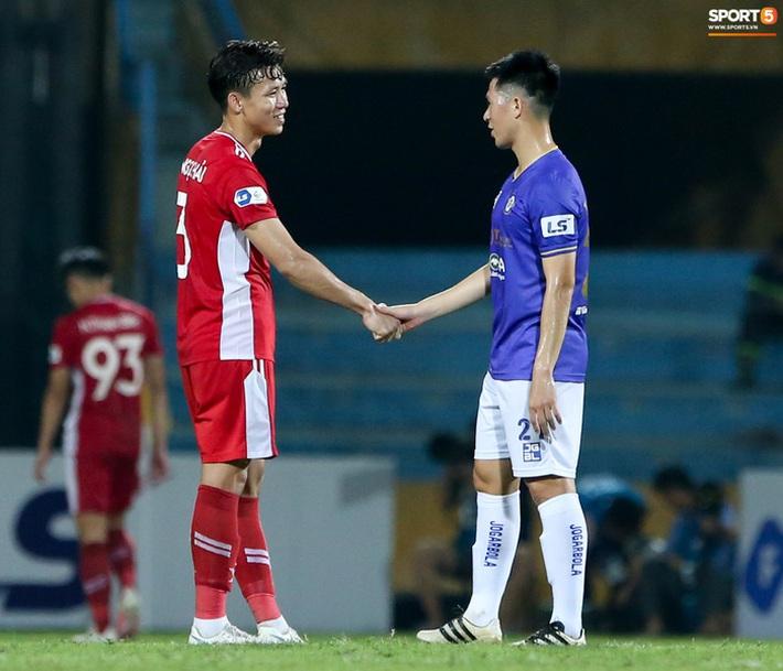 Quế Ngọc Hải an ủi Đình Trọng khi Viettel lần đầu khiến Hà Nội FC ôm hận - Ảnh 1.
