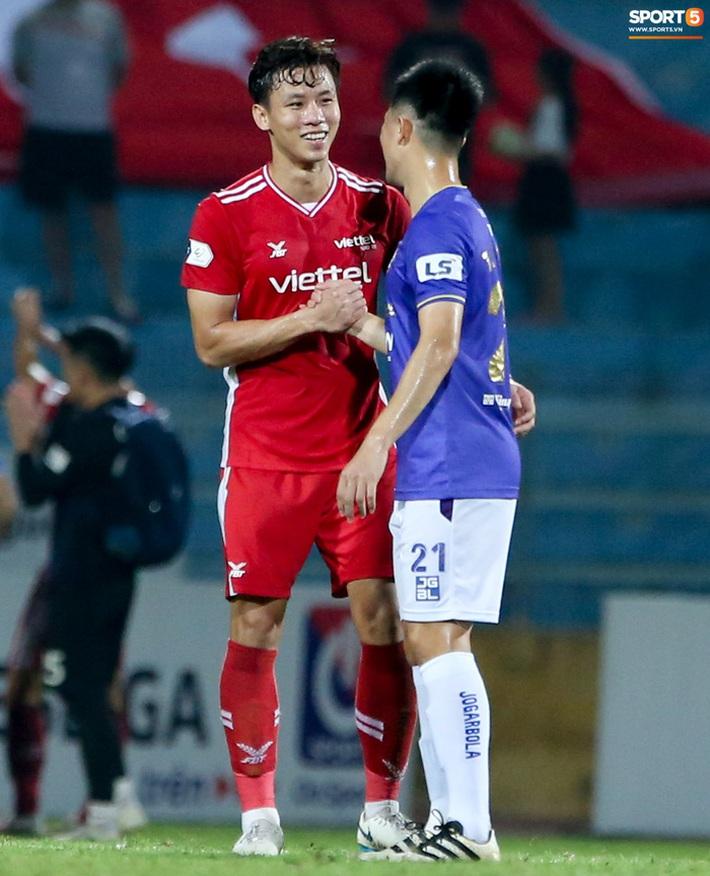 Quế Ngọc Hải an ủi Đình Trọng khi Viettel lần đầu khiến Hà Nội FC ôm hận - Ảnh 2.