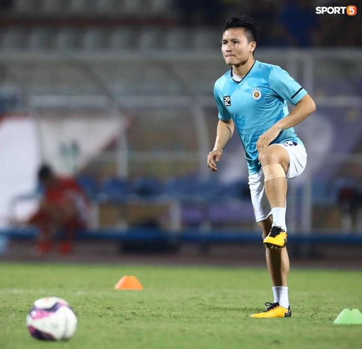 Hùng Dũng ngồi xe lăn đến cổ vũ Hà Nội FC, con trai siêu đáng yêu chiếm trọn spotlight - Ảnh 11.
