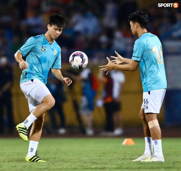 Hùng Dũng ngồi xe lăn đến cổ vũ Hà Nội FC, con trai siêu đáng yêu chiếm trọn spotlight - Ảnh 12.