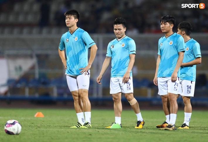 Hùng Dũng ngồi xe lăn đến cổ vũ Hà Nội FC, con trai siêu đáng yêu chiếm trọn spotlight - Ảnh 13.