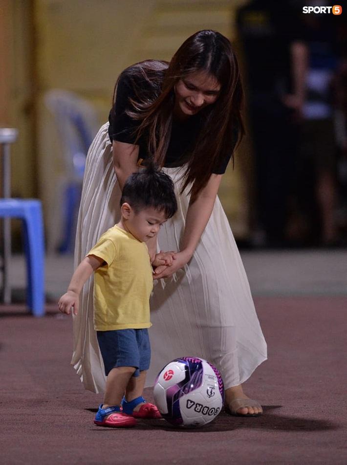 Hùng Dũng ngồi xe lăn đến cổ vũ Hà Nội FC, con trai siêu đáng yêu chiếm trọn spotlight - Ảnh 3.