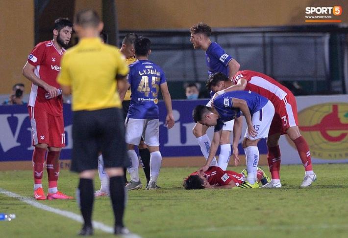 Đức Huy ăn thẻ đỏ sau pha gạt tay trúng má cầu thủ Viettel - Ảnh 4.