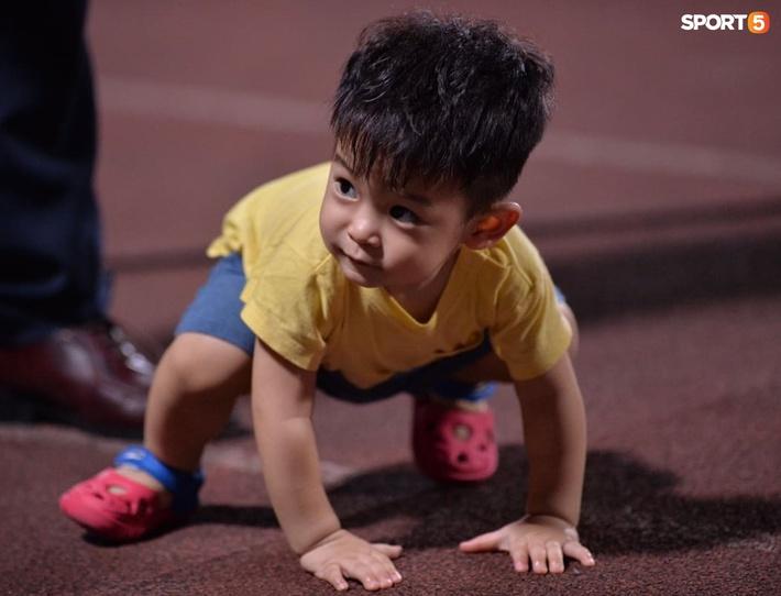 Hùng Dũng ngồi xe lăn đến cổ vũ Hà Nội FC, con trai siêu đáng yêu chiếm trọn spotlight - Ảnh 4.