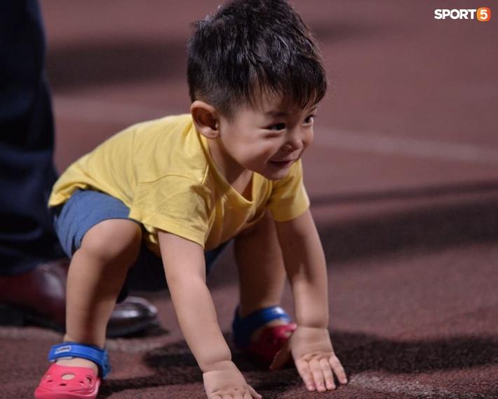 Hùng Dũng ngồi xe lăn đến cổ vũ Hà Nội FC, con trai siêu đáng yêu chiếm trọn spotlight - Ảnh 5.
