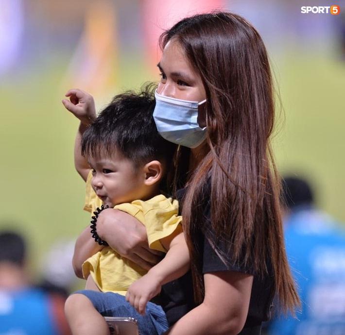 Hùng Dũng ngồi xe lăn đến cổ vũ Hà Nội FC, con trai siêu đáng yêu chiếm trọn spotlight - Ảnh 8.