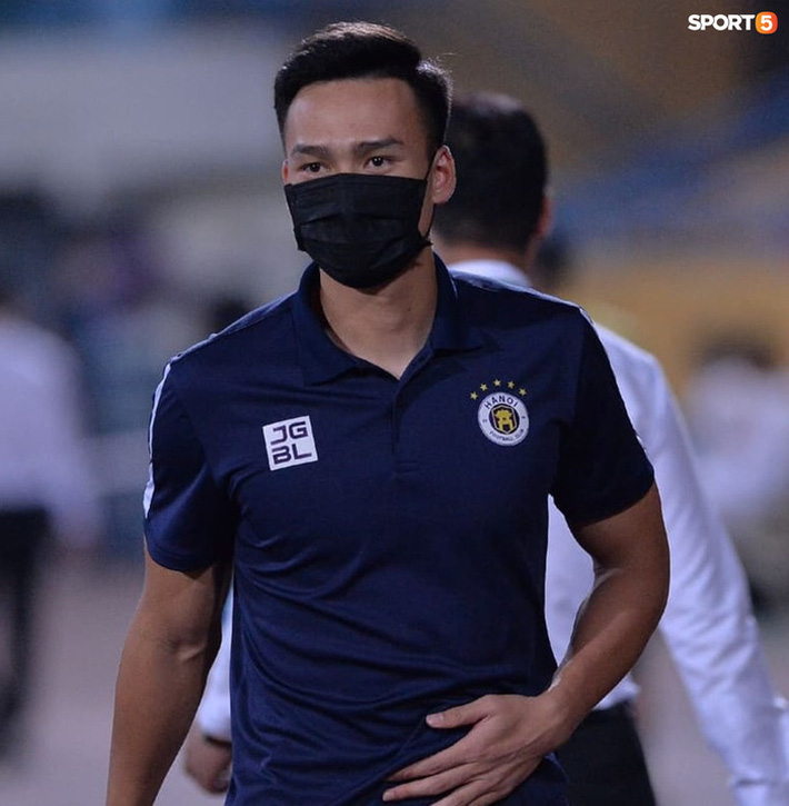 Hùng Dũng ngồi xe lăn đến cổ vũ Hà Nội FC, con trai siêu đáng yêu chiếm trọn spotlight - Ảnh 9.