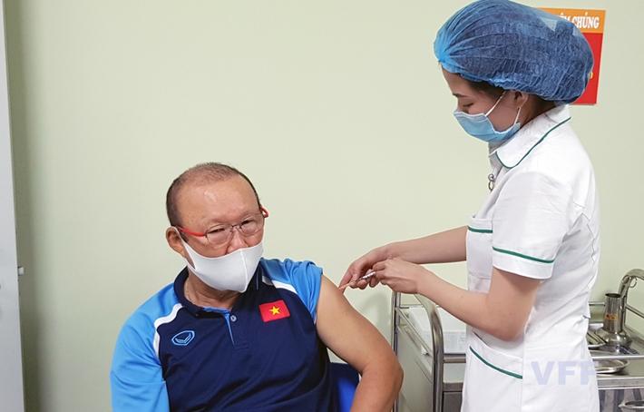 Điều chỉnh kế hoạch tiêm vắc xin phòng COVID-19 của các cầu thủ ĐTQG Việt Nam - Ảnh 2.