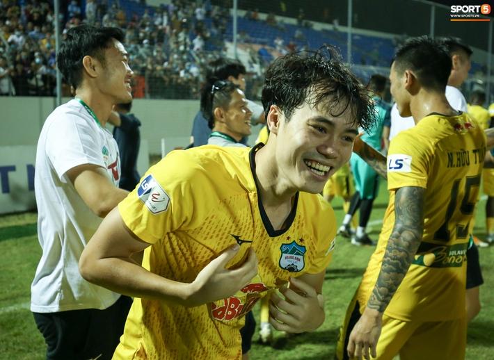 Xuân Trường túm cổ Văn Toàn thay cho lời khen, cười vui hết cỡ sau chiến thắng của HAGL - Ảnh 4.