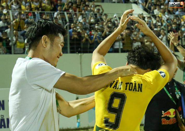 Xuân Trường túm cổ Văn Toàn thay cho lời khen, cười vui hết cỡ sau chiến thắng của HAGL - Ảnh 5.