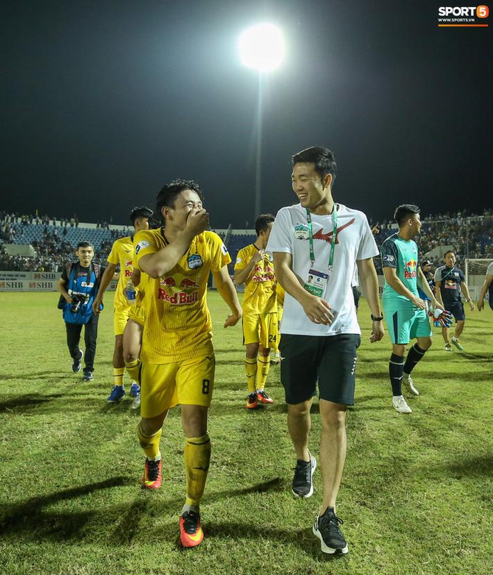 Xuân Trường túm cổ Văn Toàn thay cho lời khen, cười vui hết cỡ sau chiến thắng của HAGL - Ảnh 7.
