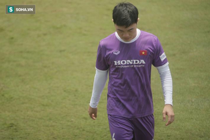 Tiền vệ tuyển Việt Nam dập xương bàn chân sau pha va chạm đáng tiếc ở buổi tập - Ảnh 1.
