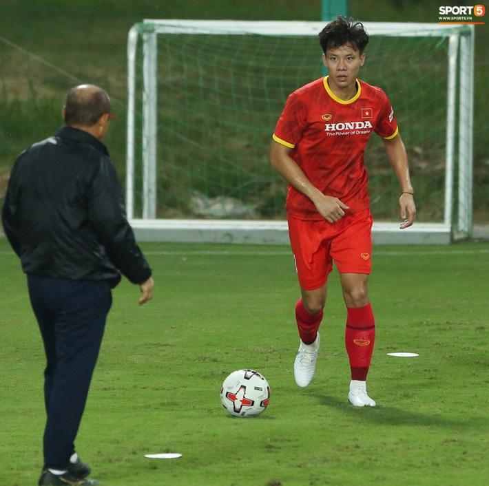 Quế Ngọc Hải hốt hoảng khi bị HLV Park Hang-seo chú ý - Ảnh 1.