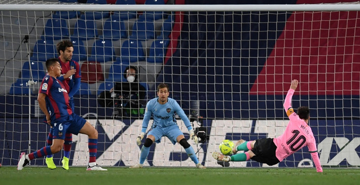 Hàng thủ thi đấu tệ hại, Barcelona sắp tan mộng vô địch La Liga - Ảnh 1.