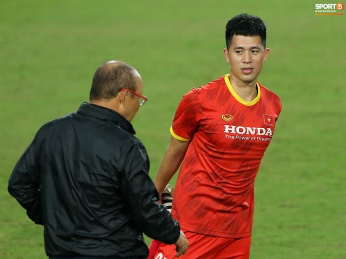 Quế Ngọc Hải hốt hoảng khi bị HLV Park Hang-seo chú ý - Ảnh 4.