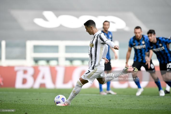 Ronaldo nổ súng níu kéo hi vọng cho Juventus; Chelsea mất chức vô địch vào tay Leicester - Ảnh 1.