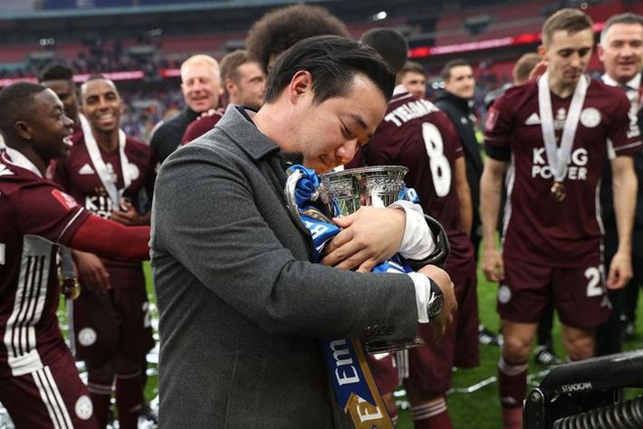 Xúc động khoảnh khắc Chủ tịch Leicester rưng rưng ôm chặt cúp vô địch, nhớ về người cha quá cố - Ảnh 1.