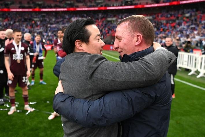 Xúc động khoảnh khắc Chủ tịch Leicester rưng rưng ôm chặt cúp vô địch, nhớ về người cha quá cố - Ảnh 11.