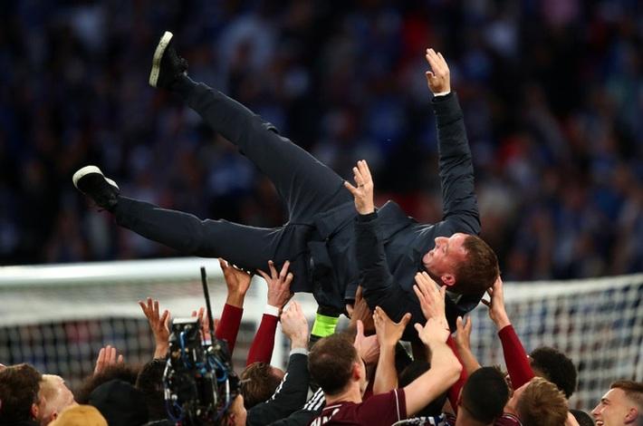 Xúc động khoảnh khắc Chủ tịch Leicester rưng rưng ôm chặt cúp vô địch, nhớ về người cha quá cố - Ảnh 12.