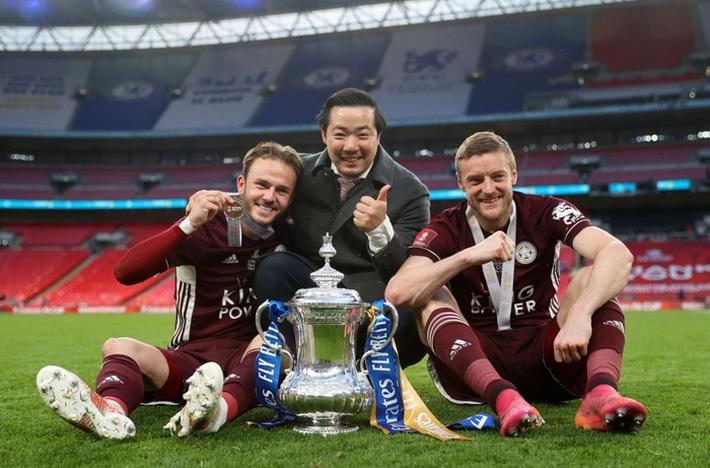 Xúc động khoảnh khắc Chủ tịch Leicester rưng rưng ôm chặt cúp vô địch, nhớ về người cha quá cố - Ảnh 13.