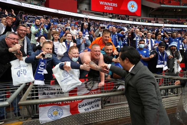 Xúc động khoảnh khắc Chủ tịch Leicester rưng rưng ôm chặt cúp vô địch, nhớ về người cha quá cố - Ảnh 3.