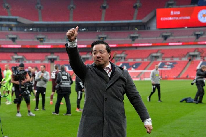 Xúc động khoảnh khắc Chủ tịch Leicester rưng rưng ôm chặt cúp vô địch, nhớ về người cha quá cố - Ảnh 4.