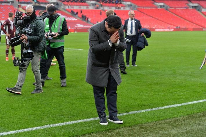 Xúc động khoảnh khắc Chủ tịch Leicester rưng rưng ôm chặt cúp vô địch, nhớ về người cha quá cố - Ảnh 5.