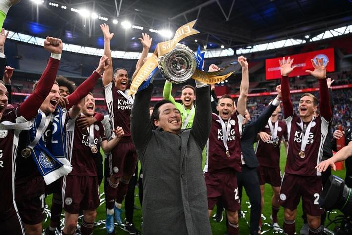 Xúc động khoảnh khắc Chủ tịch Leicester rưng rưng ôm chặt cúp vô địch, nhớ về người cha quá cố - Ảnh 6.