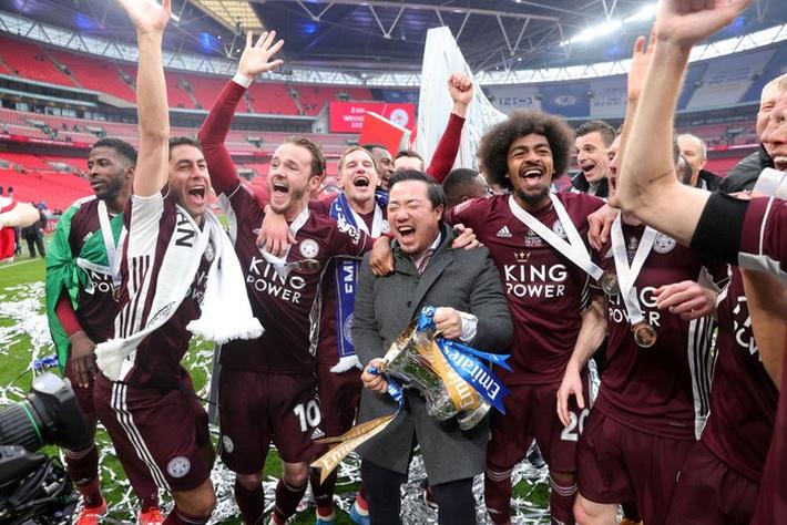 Xúc động khoảnh khắc Chủ tịch Leicester rưng rưng ôm chặt cúp vô địch, nhớ về người cha quá cố - Ảnh 7.