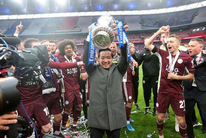 Xúc động khoảnh khắc Chủ tịch Leicester rưng rưng ôm chặt cúp vô địch, nhớ về người cha quá cố - Ảnh 8.