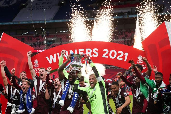 Xúc động khoảnh khắc Chủ tịch Leicester rưng rưng ôm chặt cúp vô địch, nhớ về người cha quá cố - Ảnh 9.