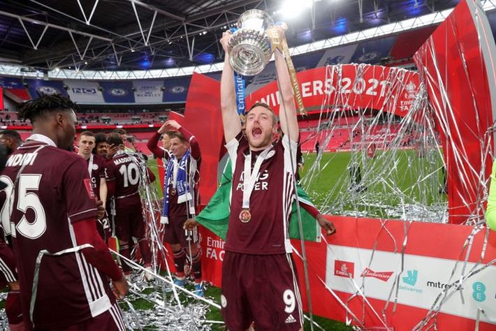 Xúc động khoảnh khắc Chủ tịch Leicester rưng rưng ôm chặt cúp vô địch, nhớ về người cha quá cố - Ảnh 10.