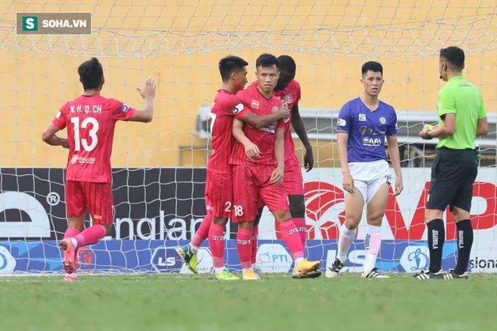 Cặp đôi ngoại binh cứu bầu Hiển khỏi phen hú vía, Hà Nội FC níu giữ hi vọng top 6 - Ảnh 3.