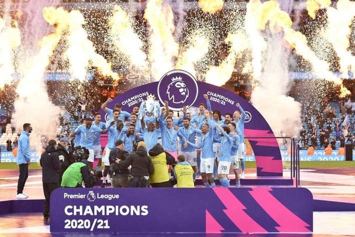 Pep Guardiola nhận nụ hôn bất ngờ và rớm nước mắt khi nhắc tới học trò trong ngày được trao cúp vô địch Ngoại hạng Anh - Ảnh 1.