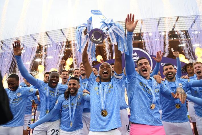 Pep Guardiola nhận nụ hôn bất ngờ và rớm nước mắt khi nhắc tới học trò trong ngày được trao cúp vô địch Ngoại hạng Anh - Ảnh 2.