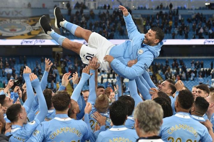 Pep Guardiola nhận nụ hôn bất ngờ và rớm nước mắt khi nhắc tới học trò trong ngày được trao cúp vô địch Ngoại hạng Anh - Ảnh 11.